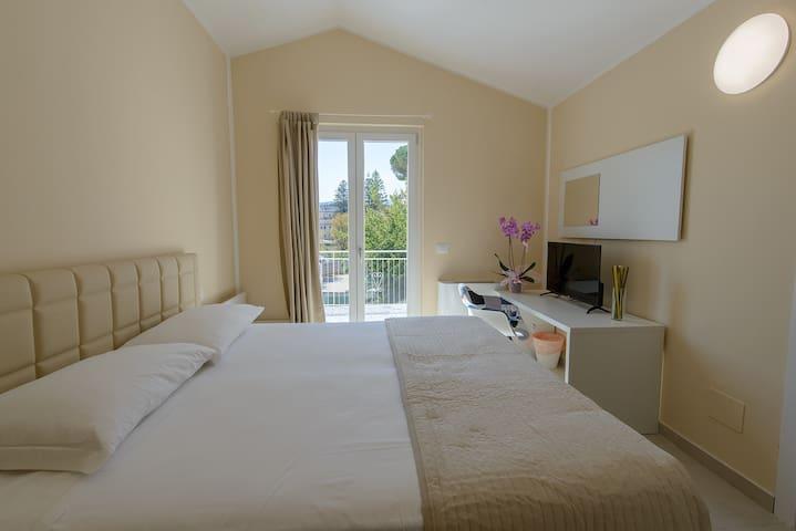 Vistamare Suite Yellow Room