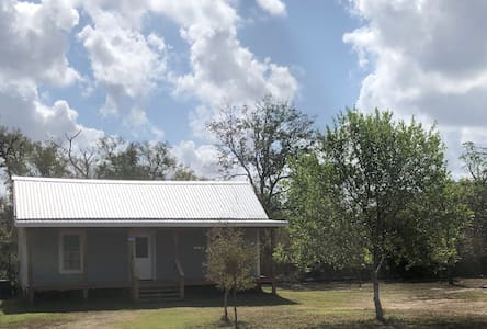 Purple Sage Cottage near Fayetteville, TX