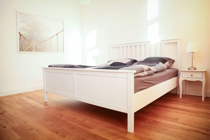 großes Schlafzimmer mit antikem Kleiderschrank