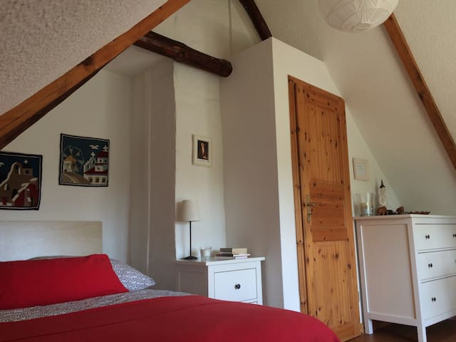 Schlafzimmer mit Doppelbett - Bedroom with double bed.