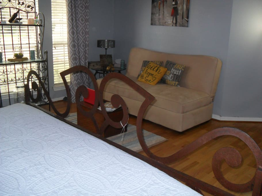 2nd Bedroom with King size bed and futon