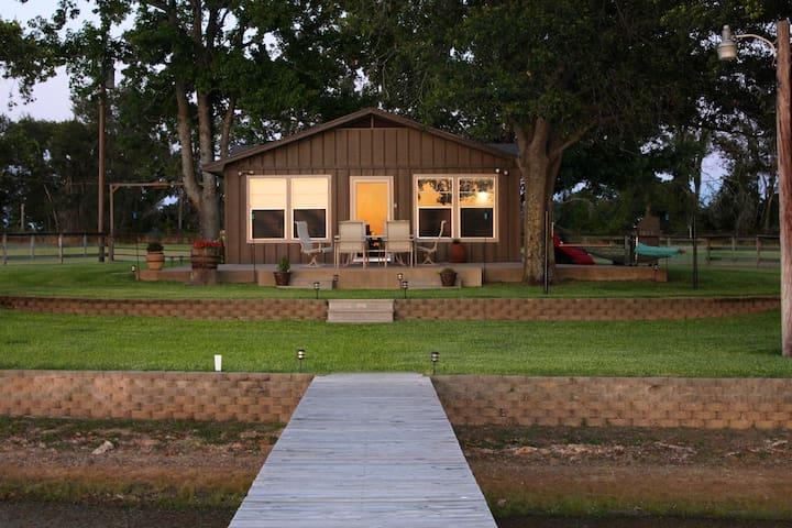 Quaint Cabin on Private Lake