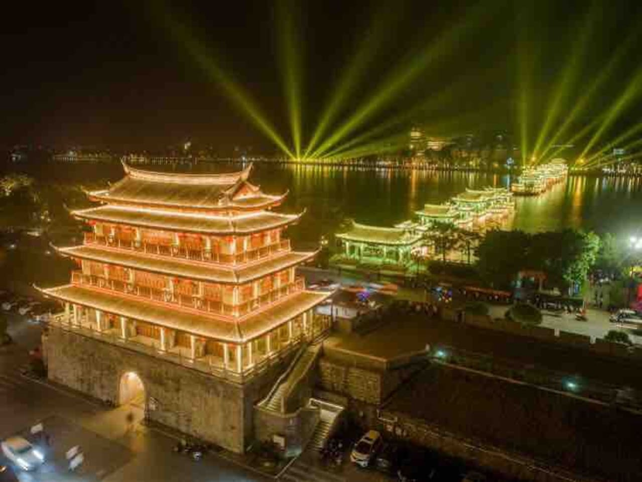 晚上东门城楼和湘子桥的灯光秀交相辉映