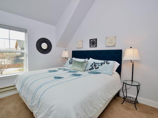 Carriage House Cutie (KING BED) -Steps From Lake & Park