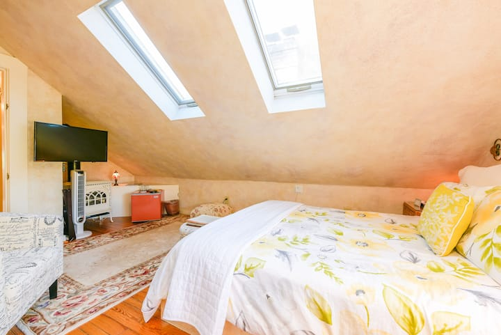 Cute Attic Room in B&B w/Delicious Hot Breakfast