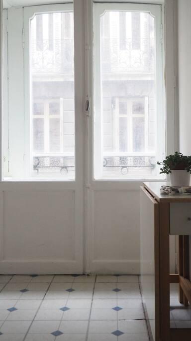 Cuisine équipée d'un frigo, mini-four et deux plaques électriques avec vue sur Rue Cheverus.