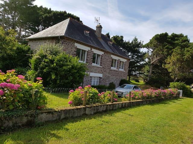 maison en vue direct de la plage et du Cap Fréhel