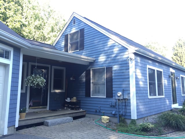 Cozy Cottage 1 Mile from Beach - Kennebunk - House