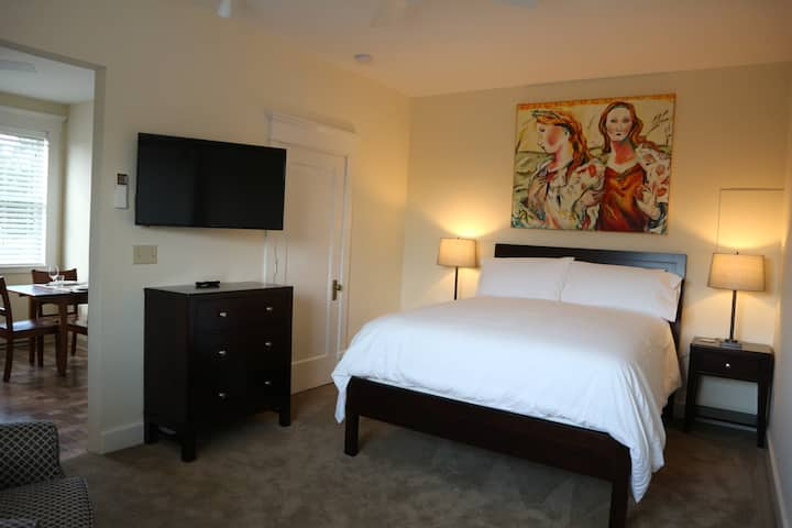Westview Suite-Tawsty Flower/Haines Suites