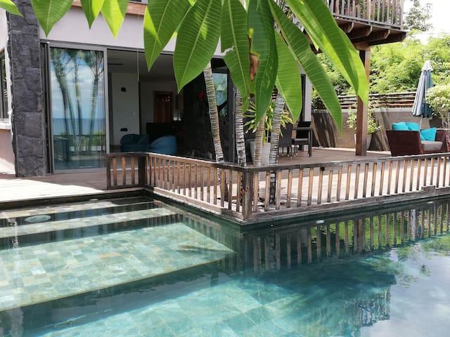 villa individuelle sur la mer avec piscine