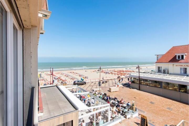 Appartement met zeezicht en drie slaapkamers op de zeedijk van De Haan.