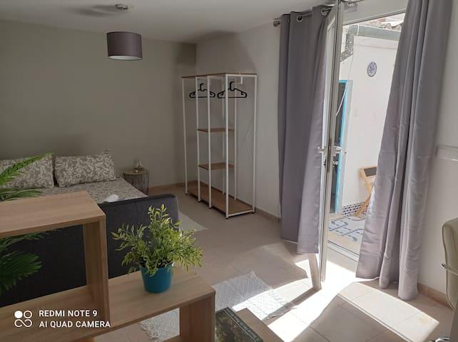Enorme habitación con vista al patio privado. Large room with private cour.