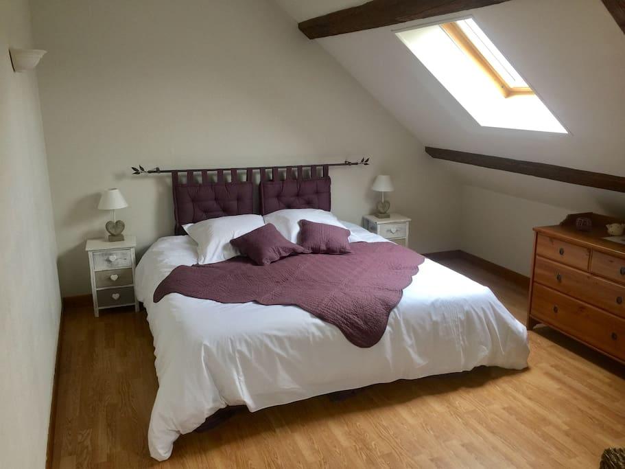 Chambre Gatînaise lit king size pour 2 personnes ou possibilité de deux lits individuels