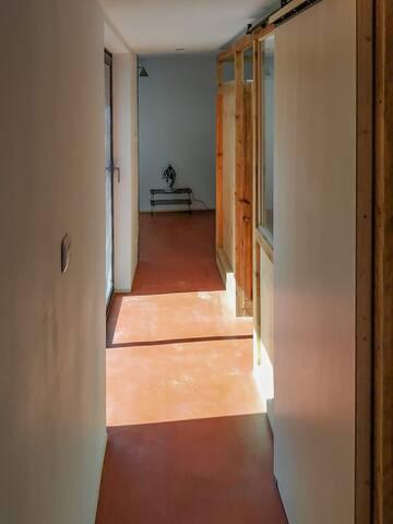 Couloir qui longe le patio et mène à la chambre du RDC