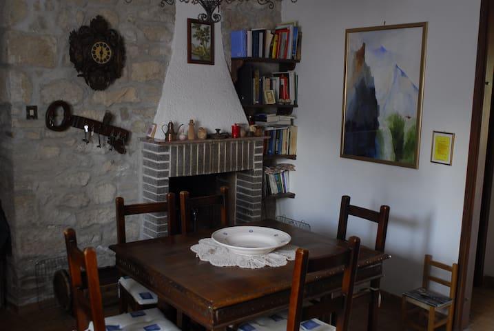 Sala da pranzo con camino