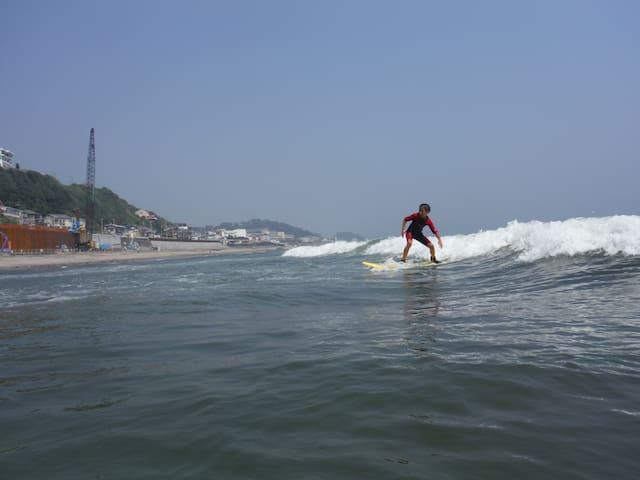 Kensho ride on the waves. 小4の息子も波にのります。