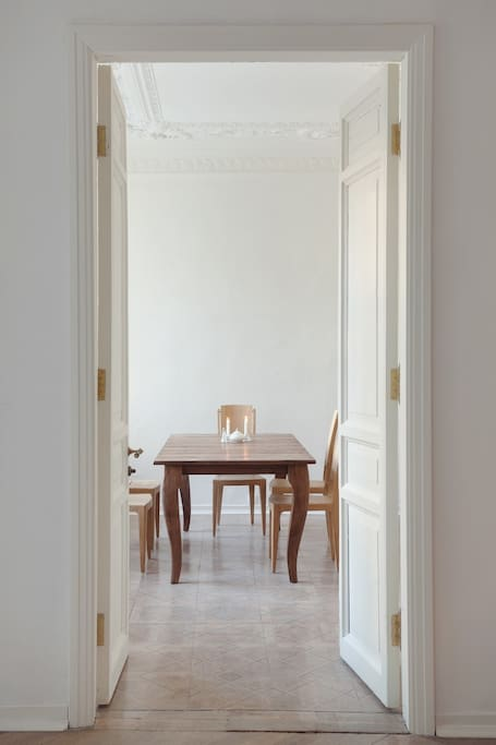 Вид из гостиной на столовую. Двери между комнатами можно закрыть на ключ, и Вас никто не будет беспокоить.
