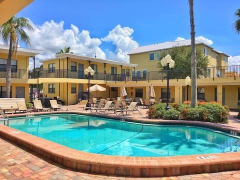 Beach Condo 🏖🍹Gated Complex, Courtyard Pool