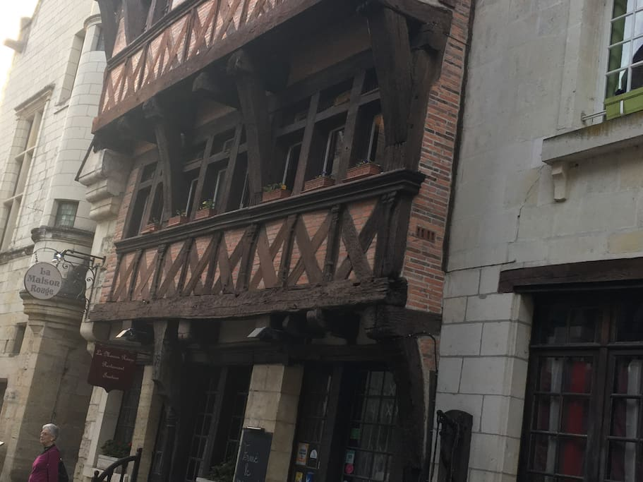 Appartement 1er étage 100 m2. Plein centre du vieux Chinon