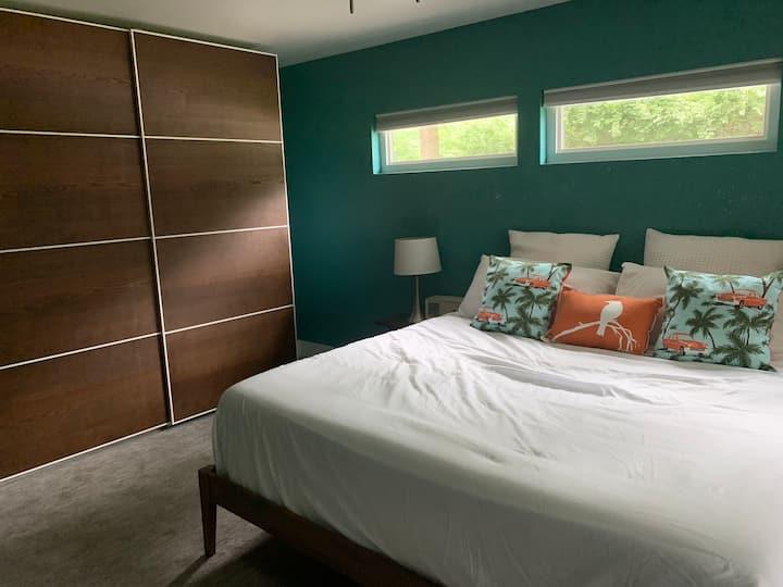 Private room in quiet Prairie Village neighborhood