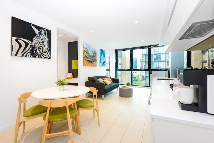 2-Bedroom Art-Inspired CBD Apt with Free Parking