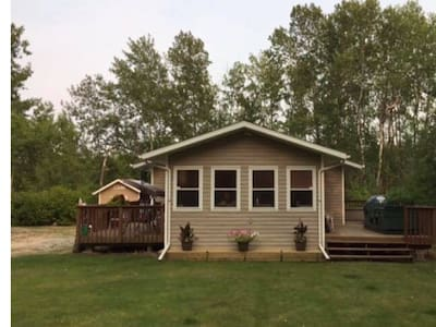 Beautiful Spacious Cottage With Large Private Lot!
