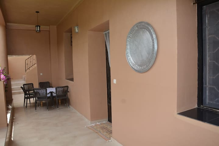 Balcon avec mobilier extérieur.