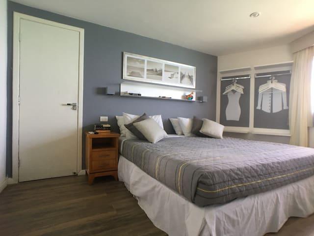 Quarto com cama de casal king size (2 metros x 2 metros)