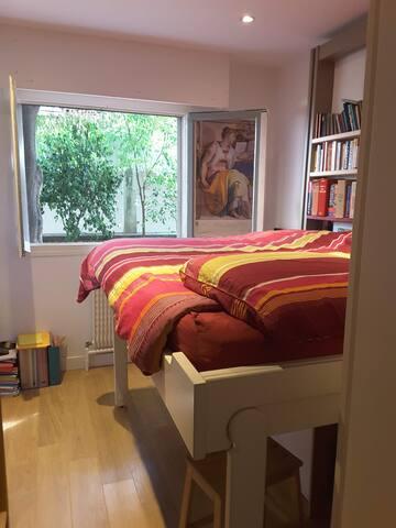 Chambre avec lit escamotable (descendu)