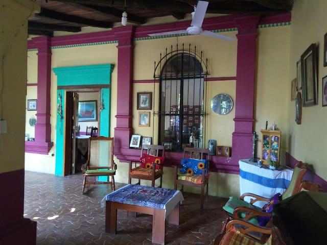Emma's, Casa tradicional, un oasis en la ciudad.
