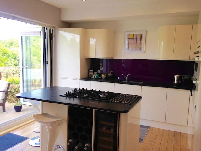Spacious house in Hove with garden, close to sea. - Hove - Haus