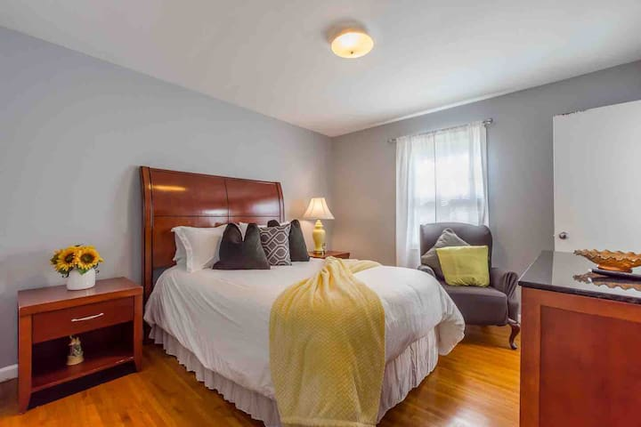 5.3 miles from Airport! Comfy& Relaxing Home
