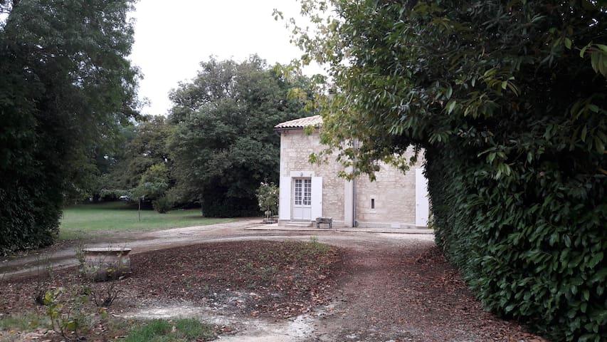 Chambre spacieuse et indépendant avec vue sur parc - Jonzac - Pension