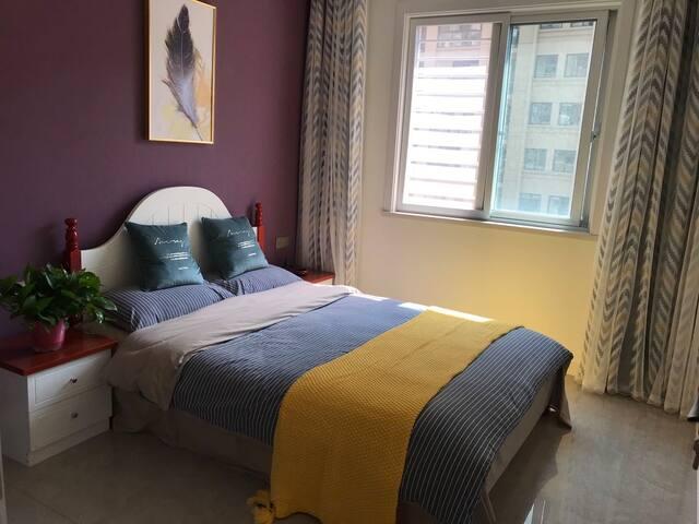 次卧室装修雅致温馨,通风朝阳。