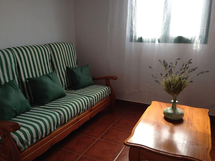 Gemütliches Wohnzimmer mit Sofa und 2 Sesseln
