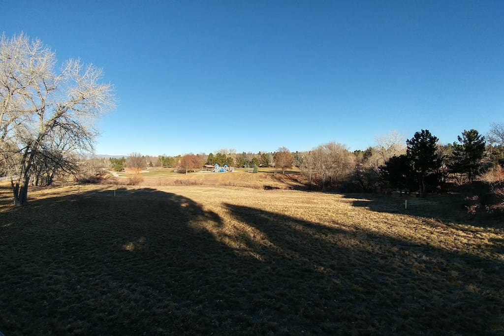 Easy access to open space behind the house. A creek is just beyond the open space and right before the park. A trail starts at the park and goes for miles as it connects to the highline canal trail. Great for biking and running or just long walks.
