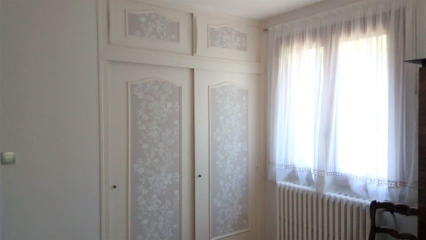 Chambre 1 / grands rangements