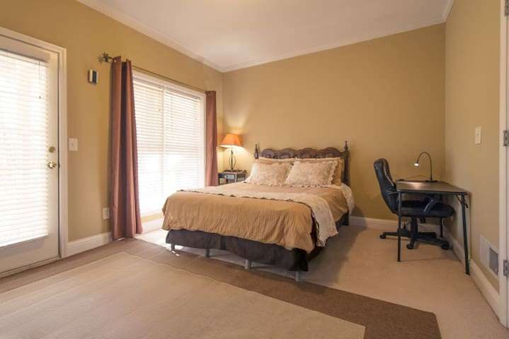 Spacious Queen Suite with Backyard