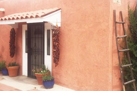 Old Town! Artist's authentic adobe home w/hot tub. - Albuquerque - Hus