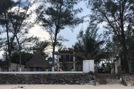 Hermosa casa a la orilla de la Playa