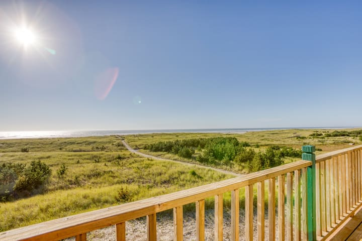 Lovely waterfront double-unit home just steps from the beach - dogs OK!