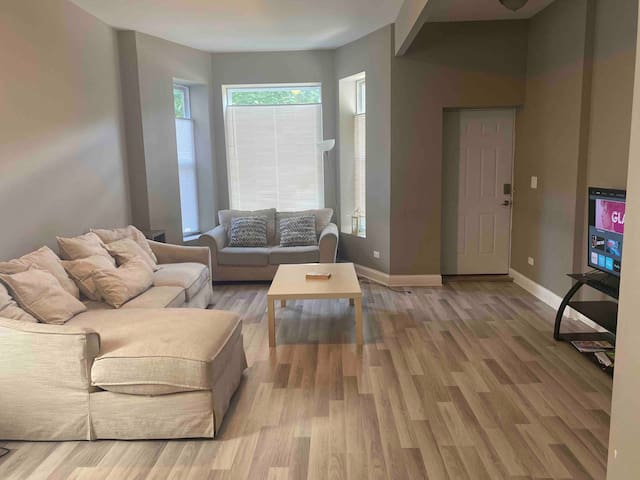Beautiful remodeled 3bd/2b in spacious duplex