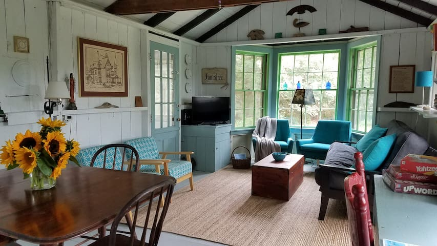 Vineyard Cottage Charm, Walk to Beach, Mile toTown