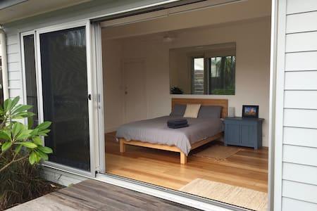 Self-contained garden room near Curl Curl beach - House