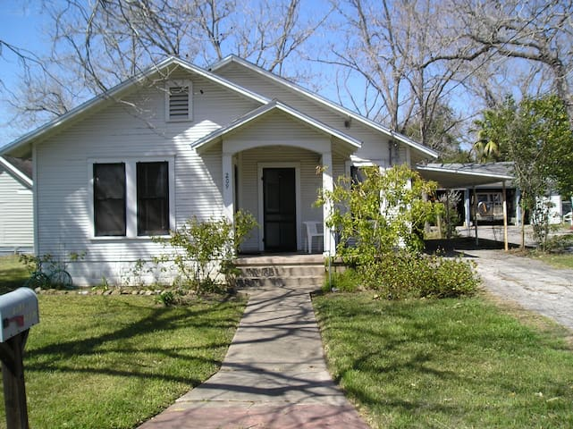The Barta Bungalow in Shiner