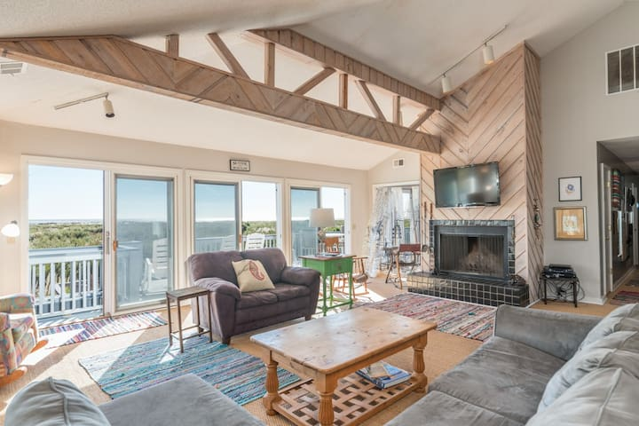 Newly Renovated - ocean view, 4 amenity cards and golf cart included for week