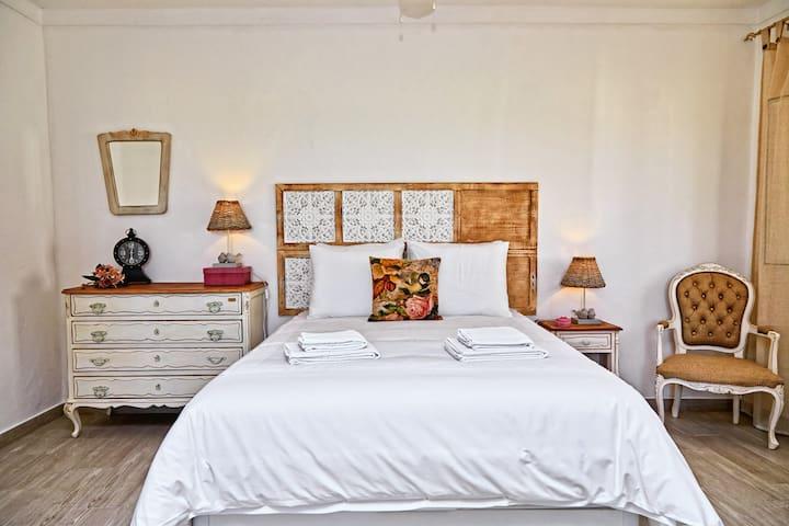 Cama com colchão de alta qualidade e sommier elevatorio para maior arrumação. ///Bed with mattress of high quality and sommier elevatorio for more storage.