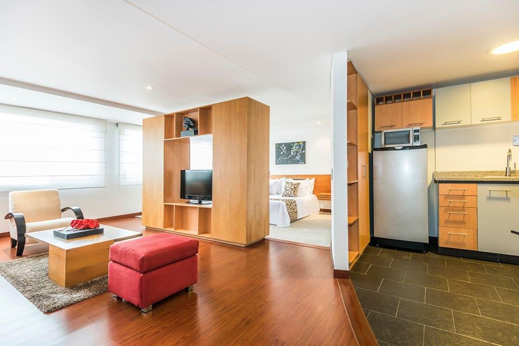 Contaras con una amplia sala de estar y una cocina completamente equipada con todo lo que necesitas para preparar tus alimentos.
