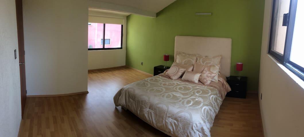 Amplia habitación c/vestidor y baño propio