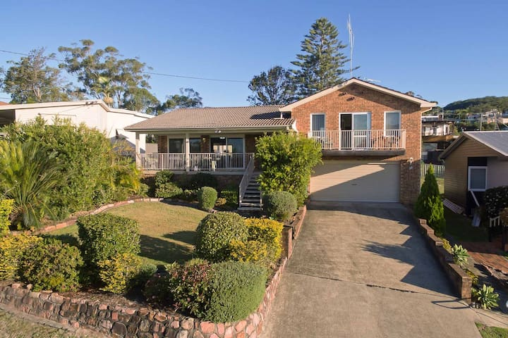 33 Gloucester St -huge holiday house in Nelson Bay with pool and stunning water views
